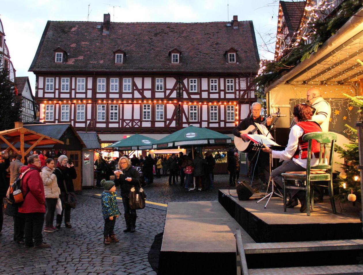 Alsfeld Weihnachtsmarkt.Markttreiben Mit Frau Holle Und Weihnachtsliedern Alsfeld