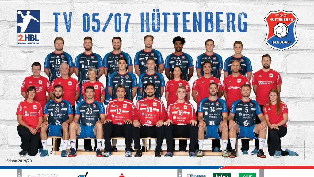 Der TV 05/07 Hüttenberg vor dem Start in die Zweitliga-Saison (hintere Reihe, v. l.): Moritz Zörb, Moritz Lambrecht, Mario Fernandes, Markus Stegefelt, Dieudonné Mubenzem, Johannes Klein, Robin Hübscher; mittlere Reihe (v. l.): Betreuer Thomas Rudolph, Rehatrainer Peter Nagel, Physiotherapeutin Chris Schöpfer, Merlin Fuß, Simon Belter, Physiotherapeutin Stephanie Müller, Athletiktrainer Jonas Meissner, Co-Trainer Johannes Wohlrab, Trainer Frederick Griesbach; vorne (v. l.):, Physiotherapeutin Katja Schuch, Björn Zintel, Tobias Hahn, Dominik Plaue, Nikolai Weber, Simon Böhne, Christian Rompf, Tomáš Sklenák, Physiotherapeutin Anna-Louisa Klein, Es fehlt: Hendrik Schreiber. - Weiteres Funktionsteam: Betreuer Michael Gally, Physiotherapeut Andreas Rüspeler, Physiotherapeutin Lea Schülert, Teamarzt Carsten Hauk und Dr. Georg Springmann, Torwarttrainer Andrzej Mientus.