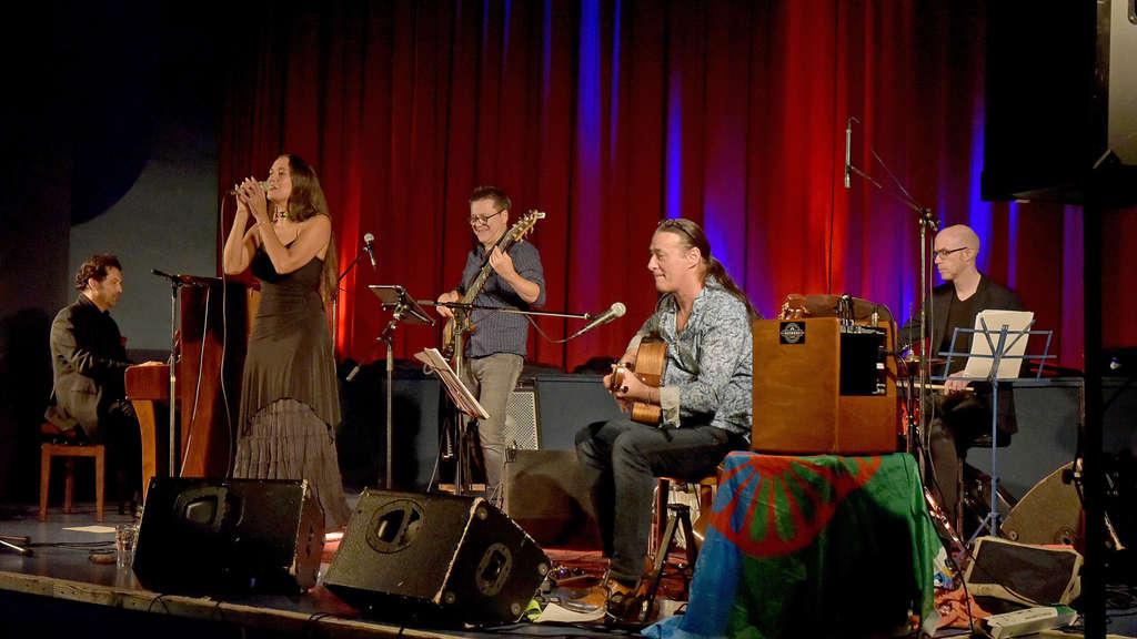 """Melanie Bong und Lulo Reinhard mit """"Gypsy Fire"""" im Kino Traumstern."""
