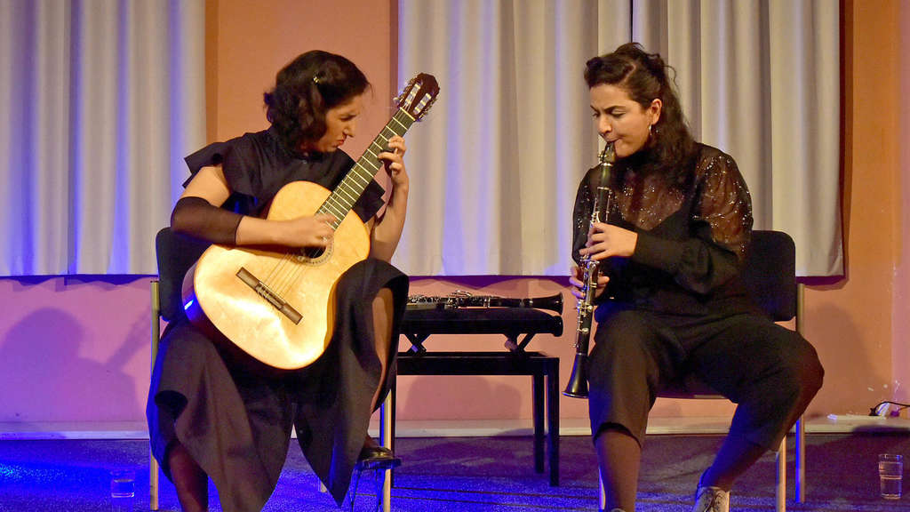 Golfam Khayam (Gitarre) und Mona Matbou Riahi (Klarinette) lassen Jazz, Ethno, Klassik und Weisen aus dem Orient zu einer wunderbaren Mischung verschmelzen.