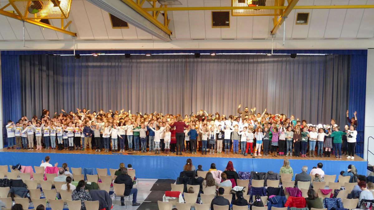 Hunderte Sänger auf der Bühne | Pohlheim - Gießener Allgemeine