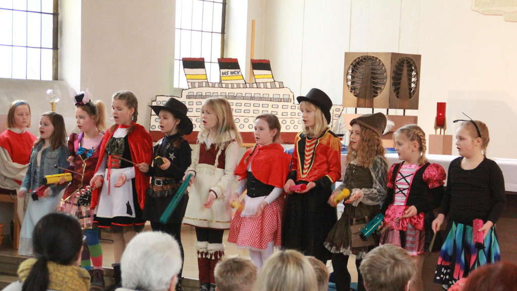 "Der Kinderchor singt ""Come on, let's celebrate"". FOTO: KJG"
