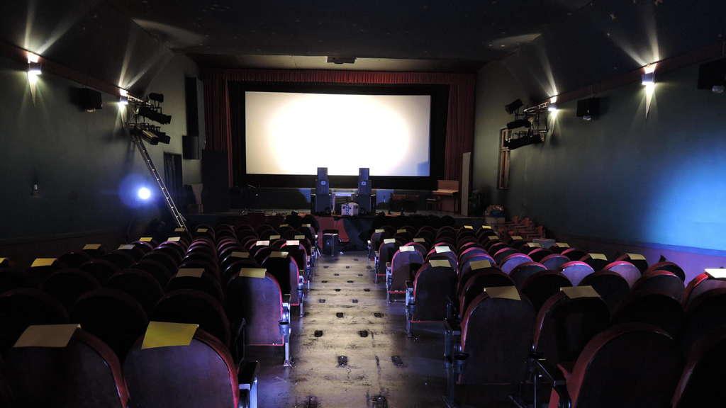 Alles ganz anders: Maximal 50 statt 192 Plätze bietet das Kino Traumstern bis auf weiteres. Pro Sitzreihe dürfen zwei Zuschauer Platz nehmen, abwechselnd am neu geschaffenen Mittelgang oder außen. Gelbe Zettel helfen bei der Orientierung. FOTO: US