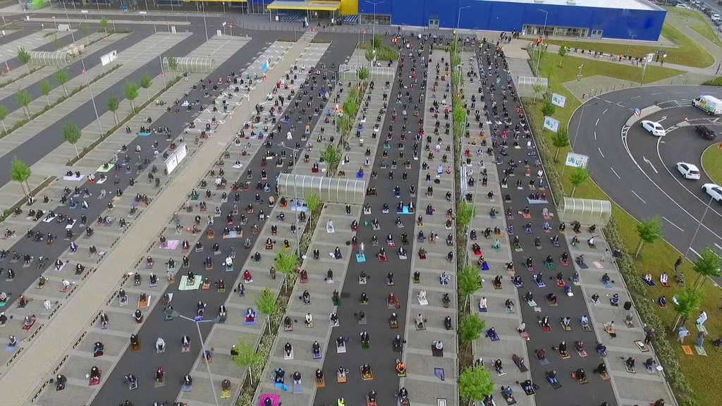 Auf dem Ikea-Parkplatz in Wetzlar sind rund 700 Menschen zum gemeinsamen Beten zusammengekommen.