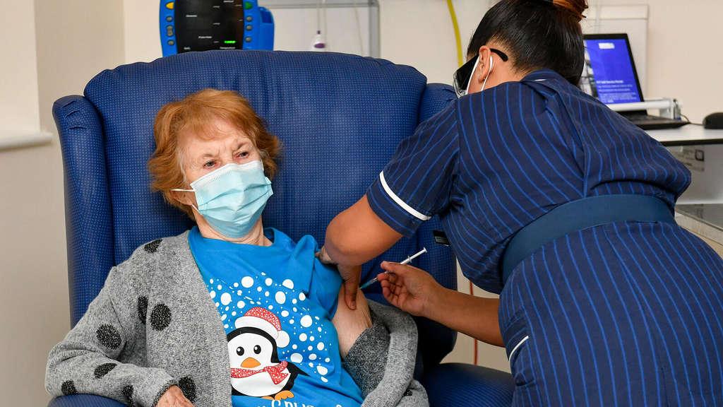 Impfpionierin mit 90 Jahren: Margaret Keenan aus Coventry ist die Erste, die den neuen Corona-Impfstoff von Biontech und Pfizer nach dessen Notfallzulassung in Großbritannien erhalten hat